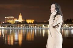 Γυναίκα που μιλά τηλεφωνικώς Στοκ Φωτογραφίες