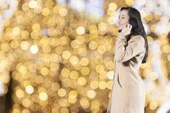 Γυναίκα που μιλά τηλεφωνικώς Στοκ εικόνα με δικαίωμα ελεύθερης χρήσης