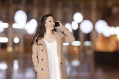 Γυναίκα που μιλά τηλεφωνικώς Στοκ φωτογραφία με δικαίωμα ελεύθερης χρήσης