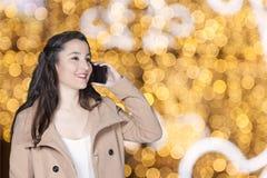 Γυναίκα που μιλά τηλεφωνικώς Στοκ εικόνες με δικαίωμα ελεύθερης χρήσης