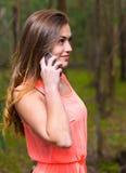 Γυναίκα που μιλά το κινητό τηλέφωνο Στοκ φωτογραφία με δικαίωμα ελεύθερης χρήσης