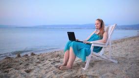 Γυναίκα που μιλά skype στην παραλία απόθεμα βίντεο