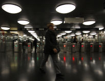 Γυναίκα που μπαίνει σε έναν σταθμό μετρό Στοκ φωτογραφία με δικαίωμα ελεύθερης χρήσης