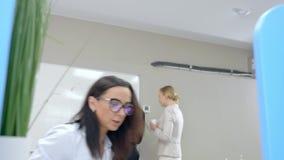 Γυναίκα, που να ανατρέξει στο smartphone Γραφείο, που συναντιέται στο υπόβαθρο απόθεμα βίντεο
