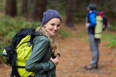 Γυναίκα που ξανακοιτάζει πεζοπορία στο δάσος Στοκ εικόνα με δικαίωμα ελεύθερης χρήσης