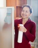 Γυναίκα που ξεσκονίζει τα έπιπλα στοκ εικόνα με δικαίωμα ελεύθερης χρήσης