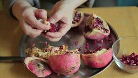 Γυναίκα που ξεφλουδίζει τα φρέσκα φρούτα ροδιών κοντά επάνω απόθεμα βίντεο