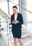 Γυναίκα που ξεχωρίζει των ηλεκτρονικών ταχυδρομείων γραφείων στο τηλέφωνο Στοκ φωτογραφία με δικαίωμα ελεύθερης χρήσης