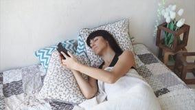 Γυναίκα που ξυπνά και που ελέγχει το χρόνο στο κύτταρο απόθεμα βίντεο