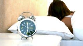 Γυναίκα που ξυπνά μέχρι το συναγερμό της φιλμ μικρού μήκους