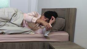 Γυναίκα που ξυπνά το πρωί απόθεμα βίντεο
