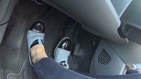 Γυναίκα που οδηγεί με βεβαιότητα το αυτοκίνητό της που αρμόζει ομαλά στις στροφές, κανόνες κυκλοφορίας απόθεμα βίντεο