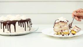 Γυναίκα που δοκιμάζει μια φέτα του κέικ απόθεμα βίντεο