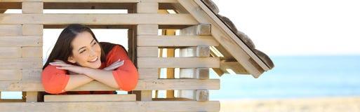 Γυναίκα που ονειρεύεται με ένα καινούργιο σπίτι στοκ φωτογραφία με δικαίωμα ελεύθερης χρήσης