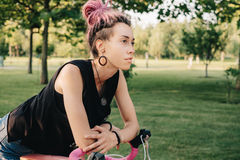 Γυναίκα που ονειρεύεται τις περιπέτειες στο ποδήλατο Στοκ Εικόνες