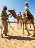 Γυναίκα που οδηγά μια καμήλα Στοκ φωτογραφία με δικαίωμα ελεύθερης χρήσης