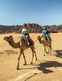 Γυναίκα που οδηγά μια καμήλα Στοκ φωτογραφίες με δικαίωμα ελεύθερης χρήσης