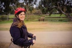 Γυναίκα που οδηγά σε ένα Segway στο πάρκο στοκ εικόνες με δικαίωμα ελεύθερης χρήσης