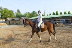 Γυναίκα που οδηγά το άλογό της Στοκ φωτογραφία με δικαίωμα ελεύθερης χρήσης