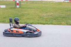 Γυναίκα που οδηγεί ένα kart στοκ εικόνες