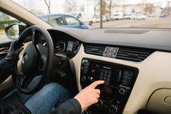 Γυναίκα που οδηγεί καλώντας το φωνητικό ταχυδρομείο από το αυτοκίνητο της Apple παιχνιδιού αυτοκινήτων dashboar Στοκ Εικόνες