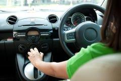 Γυναίκα που οδηγεί το αυτοκίνητο. Άποψη από τις πίσω θέσεις του αυτοκινήτου. Στοκ φωτογραφίες με δικαίωμα ελεύθερης χρήσης