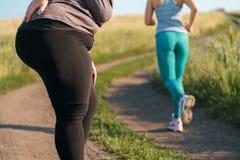 Γυναίκα που πάσχει από τη μυαλγία στο υπαίθριο workout στοκ εικόνες