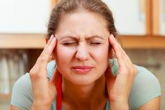 Γυναίκα που πάσχει από τον πόνο ημικρανίας πονοκέφαλου Στοκ φωτογραφία με δικαίωμα ελεύθερης χρήσης