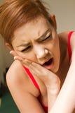 Γυναίκα που πάσχει από τον πόνο σαγονιών, πονόδοντος, ευαισθησία δοντιών Στοκ φωτογραφία με δικαίωμα ελεύθερης χρήσης
