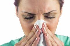 Γυναίκα που πάσχει από το κρύο με τον ιστό στο στόμα στοκ φωτογραφίες