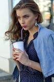 Γυναίκα που πίνει τον παγωμένο καφέ στοκ εικόνα