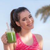 Γυναίκα που πίνει τον υγιή καταφερτζή στοκ εικόνες με δικαίωμα ελεύθερης χρήσης