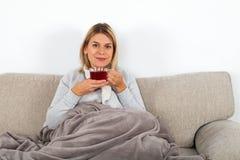 Γυναίκα που πίνει το καυτό τσάι στοκ εικόνες