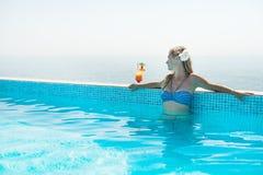 Γυναίκα που πίνει το τροπικό κοκτέιλ Στοκ εικόνα με δικαίωμα ελεύθερης χρήσης