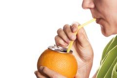 Γυναίκα που πίνει το φρέσκο χυμό από πορτοκάλι. Στοκ φωτογραφίες με δικαίωμα ελεύθερης χρήσης