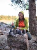 Γυναίκα που παίζει τα δοχεία τροφίμων Στοκ φωτογραφία με δικαίωμα ελεύθερης χρήσης