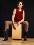 Γυναίκα που παίζει το Cajon Στοκ φωτογραφίες με δικαίωμα ελεύθερης χρήσης