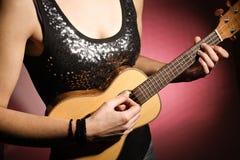 Γυναίκα που παίζει το ukulele Στοκ φωτογραφίες με δικαίωμα ελεύθερης χρήσης