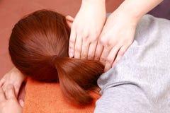 γυναίκα που παίρνει έναν λαιμό massage  Στοκ φωτογραφία με δικαίωμα ελεύθερης χρήσης