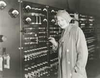 Γυναίκα που παίρνει έναν γύρο της δεκαετίας του '30 που καταγράφει το στούντιο στοκ φωτογραφία