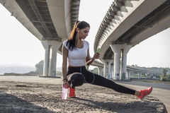 Γυναίκα που παίρνει ένα σπάσιμο από το τρέξιμο Στοκ Εικόνες
