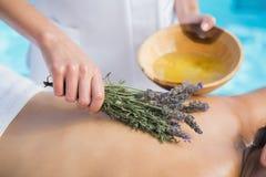 Γυναίκα που παίρνει ένα aromatherapy poolside επεξεργασίας Στοκ Εικόνα