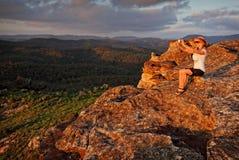 Γυναίκα που παίρνει ένα selfie με το τηλέφωνο στο τοπίο βουνών στοκ φωτογραφίες