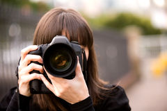 Γυναίκα που παίρνει μια φωτογραφία Στοκ Φωτογραφία
