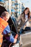 Γυναίκα που παίρνει στο μηχανικό καθορισμό αυτοκινήτων της Στοκ Εικόνες