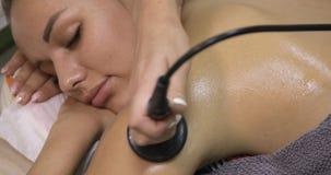 Γυναίκα που παίρνει την αντι θεραπεία cellulite στο σαλόνι ομορφιάς Ανύψωση RF απόθεμα βίντεο
