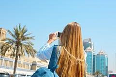 Γυναίκα που παίρνει την κινητή φωτογραφία του κεντρικού Souq στην πόλη της Σάρτζας, U στοκ φωτογραφίες
