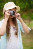 Γυναίκα που παίρνει τη φωτογραφία της σκηνής φύσης στοκ φωτογραφίες με δικαίωμα ελεύθερης χρήσης