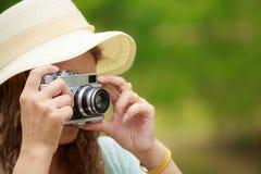 Γυναίκα που παίρνει τη φωτογραφία της σκηνής φύσης στοκ εικόνα με δικαίωμα ελεύθερης χρήσης