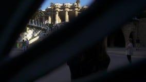 Γυναίκα που παίρνει τη φωτογραφία του διάσημου παλαιού παλατιού στο πάρκο Guell Έννοια τουρισμού της Βαρκελώνης απόθεμα βίντεο